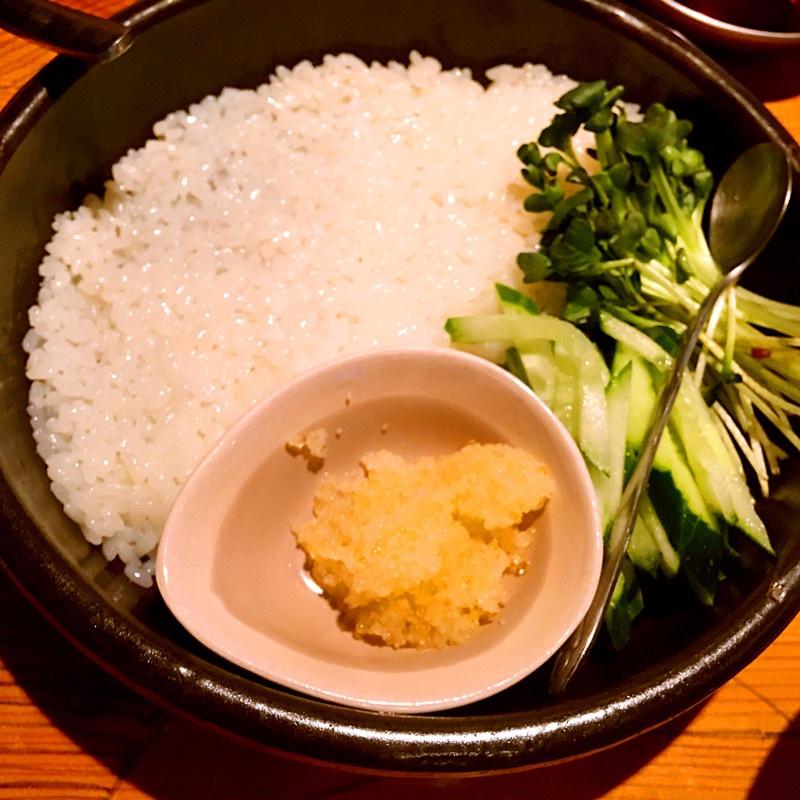 比較特別的是搭配生魚食用的米飯是提前調味過的,有鮮甜味而且非常軟糯。還配有蔬菜和新鮮魚子。
