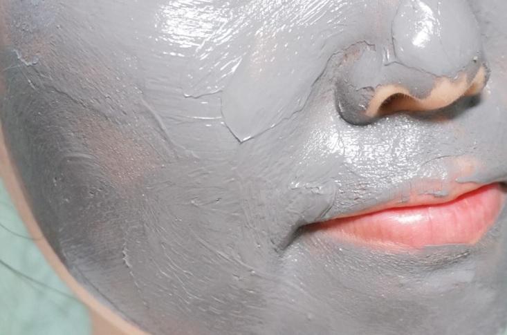 這款的使用方法也很簡單,基本上只要在臉部清潔過後,均勻地塗上這款面膜(記得要蓋住肌膚喔),接著約等個10-15分鐘就可以用水洗淨囉!這款最適合給毛孔粗大、粉刺多、油脂旺盛的人,或者是覺得鼻貼型的面膜刺激又麻煩者,這款絕對會是你的福音啊~