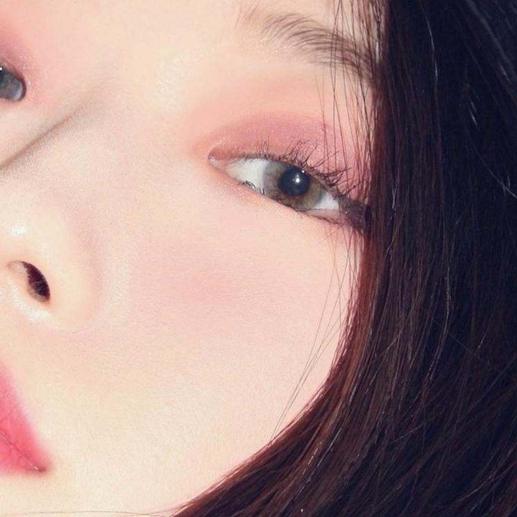 粉嫩色掉的眼影真的很適合少女,雖然稍微比較挑人,但真的就是美到炸天!用這顆眼影女生看到應該都醉了吧(別說是男生摟XD)