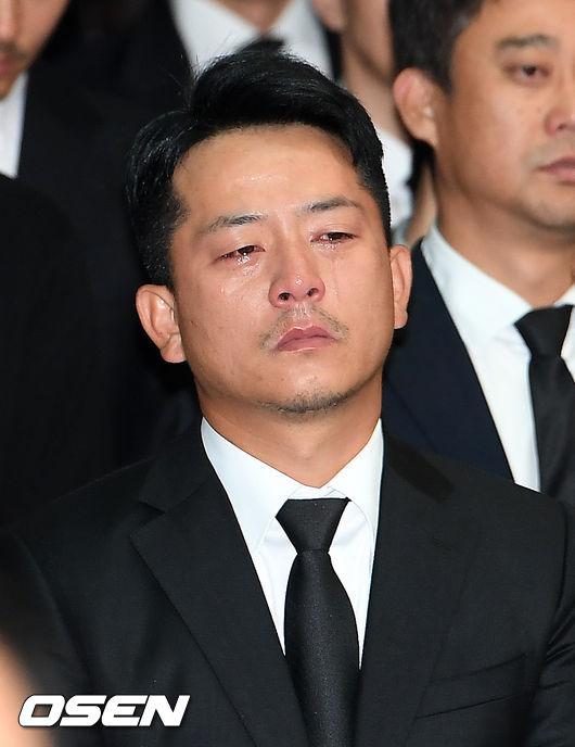 在金柱赫出殯當天,金柱赫的演藝圈好友為他哭紅雙眼,畫面令人鼻酸
