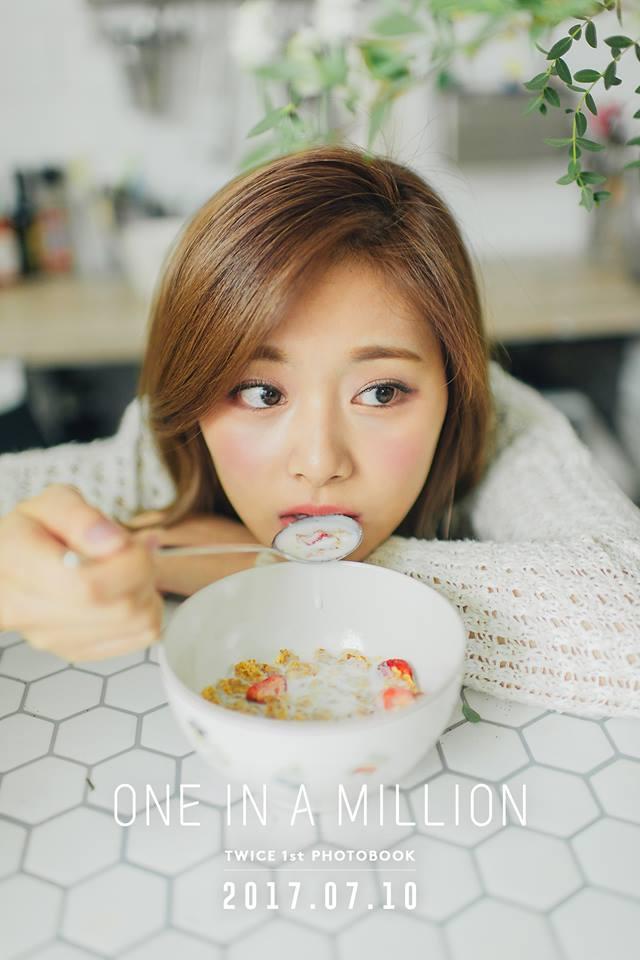 不過今天Sana不是主角,但透過Sana說的話讓大家知道JYP平時有多注重身體健康。就連子瑜也被JYP影響,上回看到吃漢堡的粉絲「神回覆」告訴他漢堡即使有菜有肉還是不營養的原因,也讓人笑翻