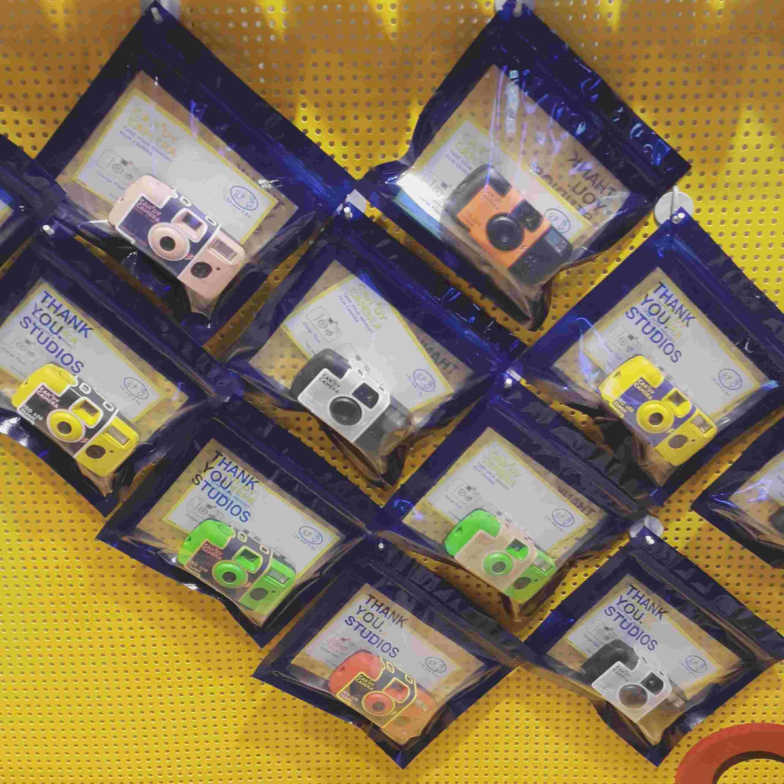 一次性膠片機的顏色多達10種,大家可以按自己的風格選擇適合自己的。每台相機內含可拍40張的膠卷!價格為25000韓幣