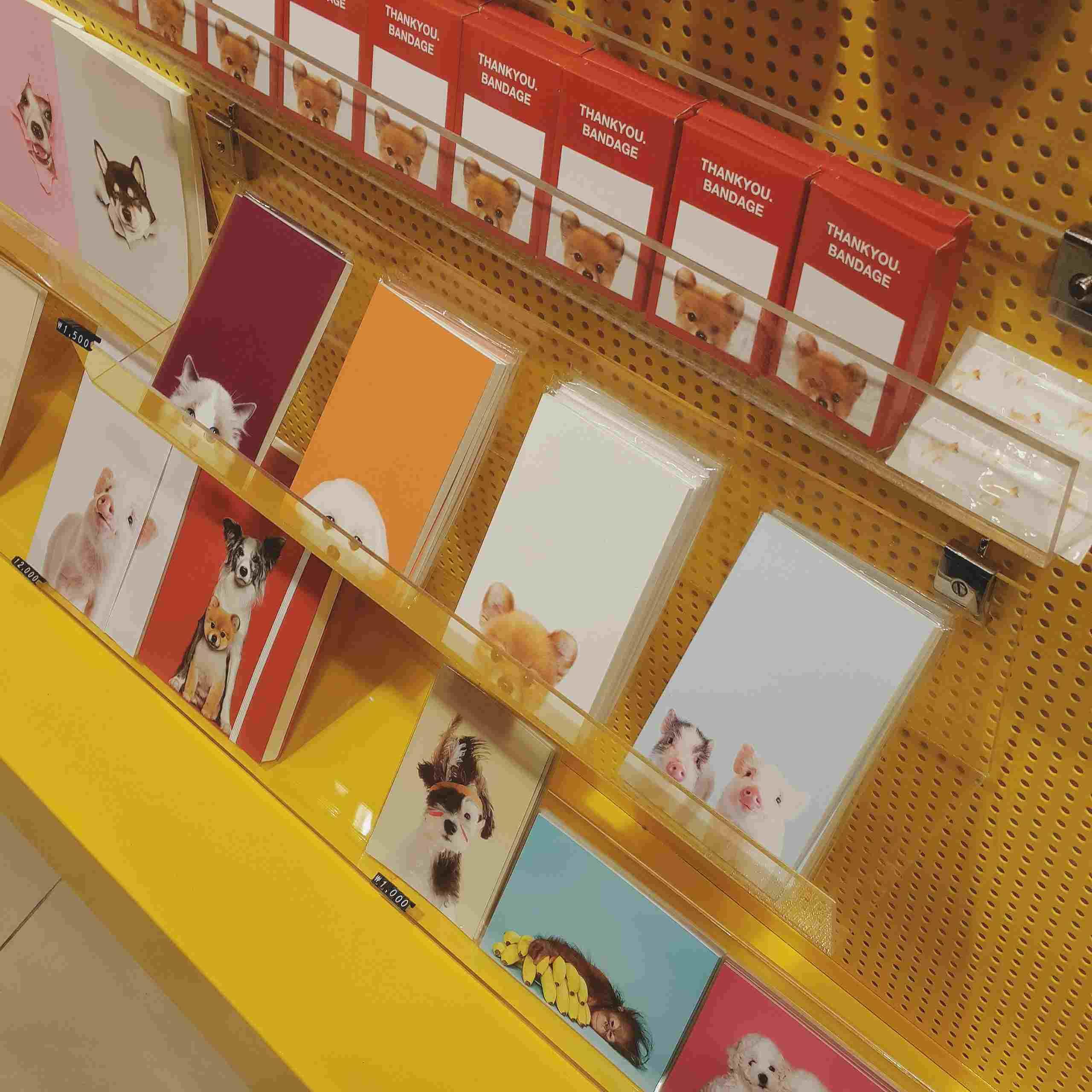 除了膠片相機以外,這裏也有售賣官網上有的商品。例如thankyou系列的筆記本