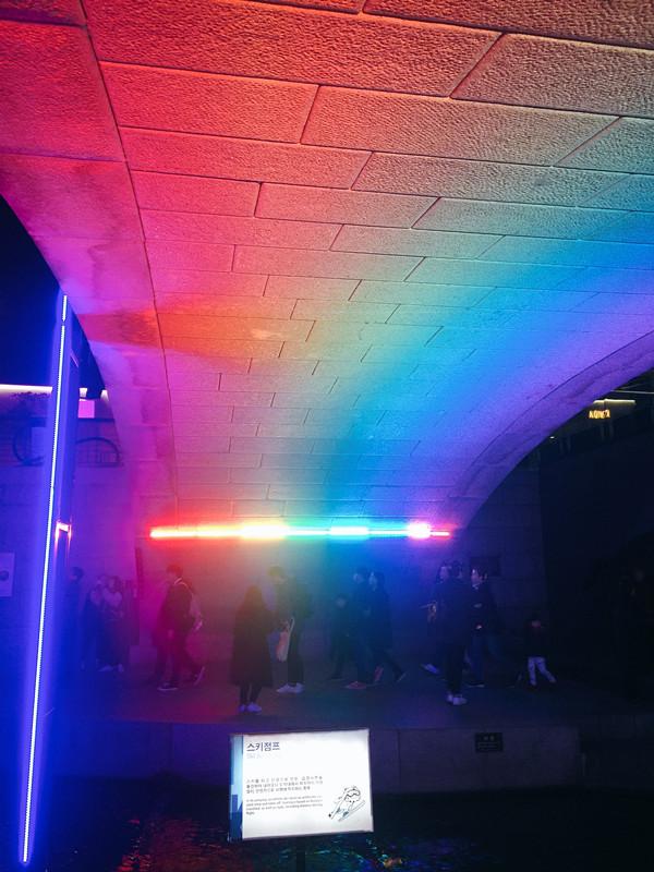 向前走就會到達彩虹橋啦!站在下面拍照連影子都是彩色的呢!