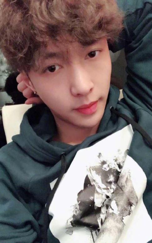 最讓EXO-L不開心的昰LAY幫自己的粉絲取了名字「 X'back 」,粉絲們都可以接受LAY在中國有自己的工作室和工作,但幫自己的粉絲取了名字已經踩到EXO-L的底線了,讓粉絲覺得很不尊重團員和EXO-L...