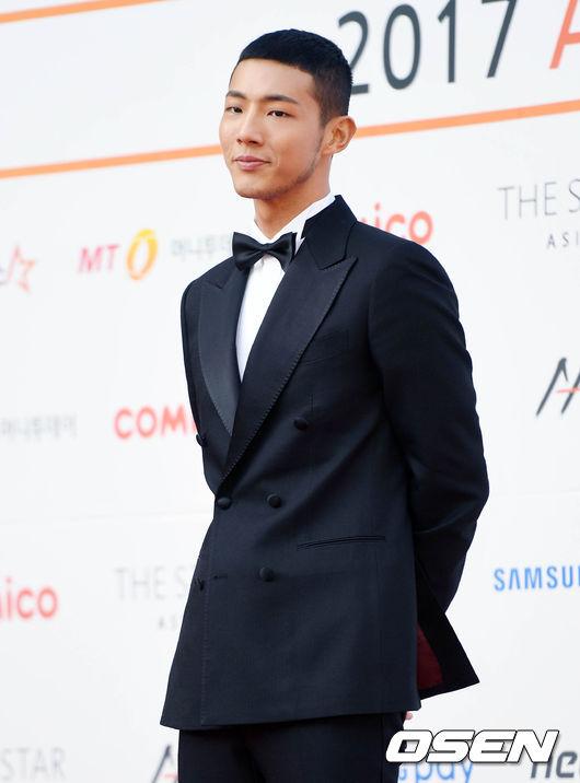 他今天出席《AAA頒獎典禮》,造型就讓人倒退三步…因為不只髮型「短到不行」,還留起了和鬢角相連的落腮鬍