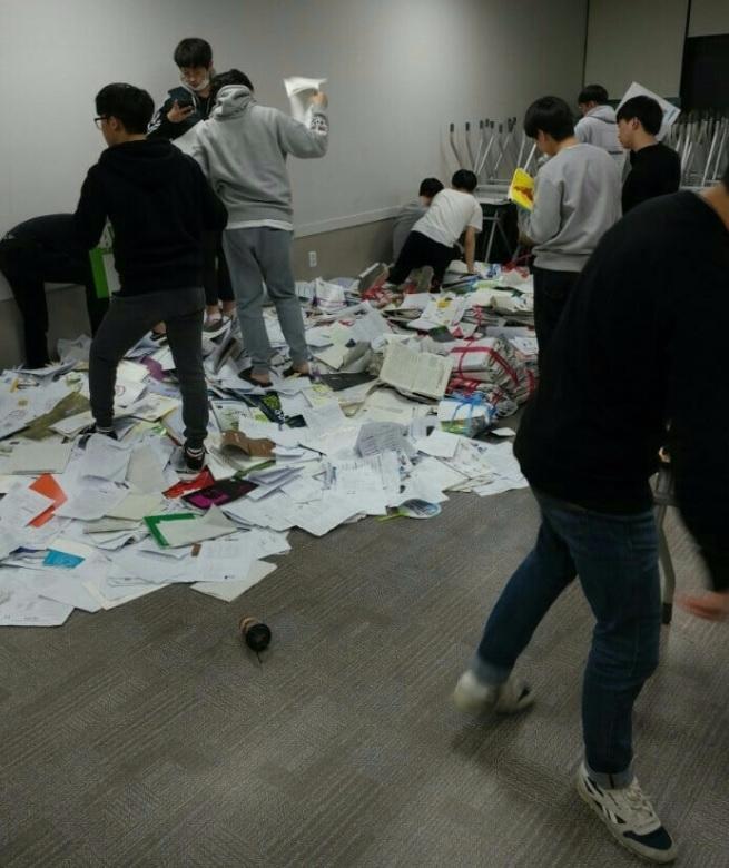 一部分學生表示 沒預料考試會延期 已經把課本全丟垃圾桶了 於是許多考生非常慌張的回去教室找回原本要扔掉的書