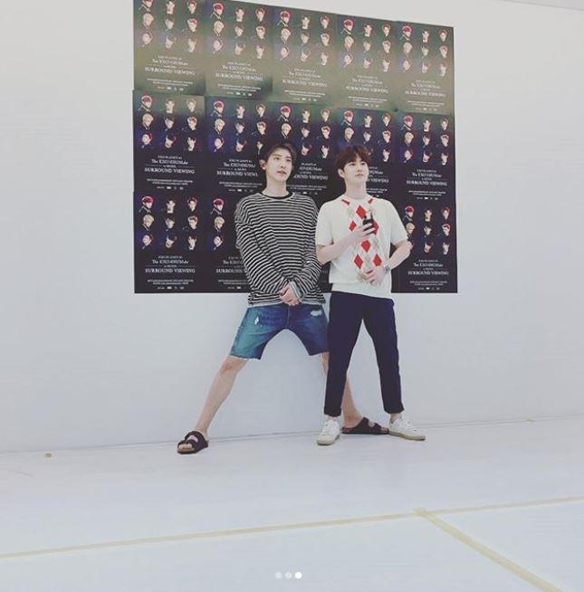 不過最近越來越多照片讓人要對185的身高再次驚呼,不只和身高173的隊長Suho站在一起時也要「禮儀腿」,腳開到不行XDDD