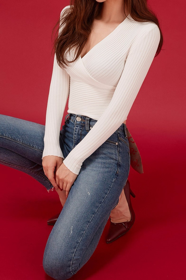 #V領 V領雖然能夠修飾臉型,但是如果你是上胸比較沒有肉的女孩,真的會因為過低的領口而讓胸部看起來超小!