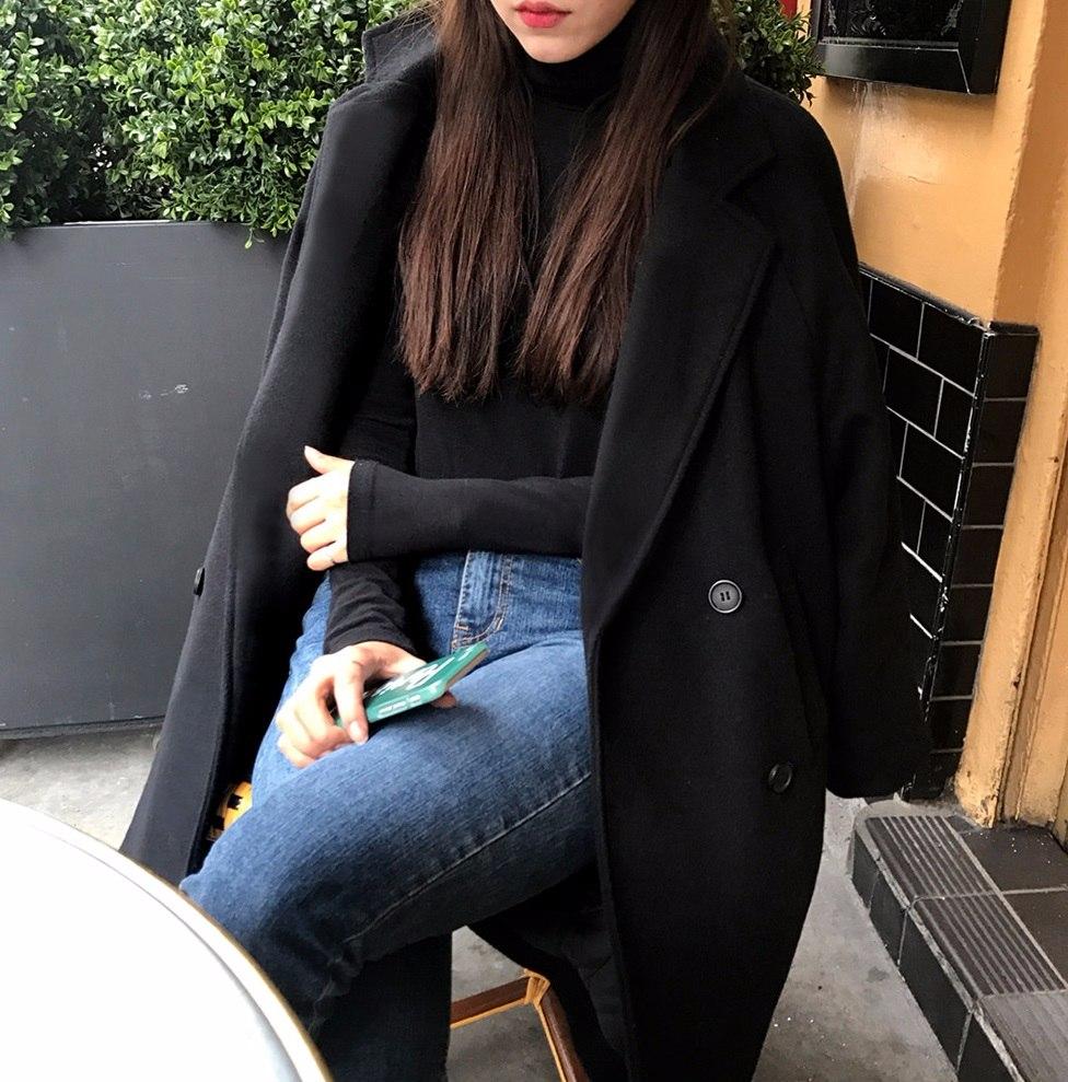 #高領毛衣 高領毛衣因為拉長了衣服的比例,又因為材質較厚的關係,其實身材曲線沒有那麼明顯,但偏偏胸部小的女生穿起來會看起來更小,甚至會有種「從脖子之後」都平平的感覺呢!