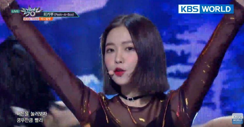 今天Red Velvet也帶著二張正規專輯《Perfect Velvet》回歸樂壇,也在《音樂银行》直播中公布了新歌舞台(Peek-A-Boo)讓粉絲感到相當驚艷,隨後也公開了新歌MV!!!