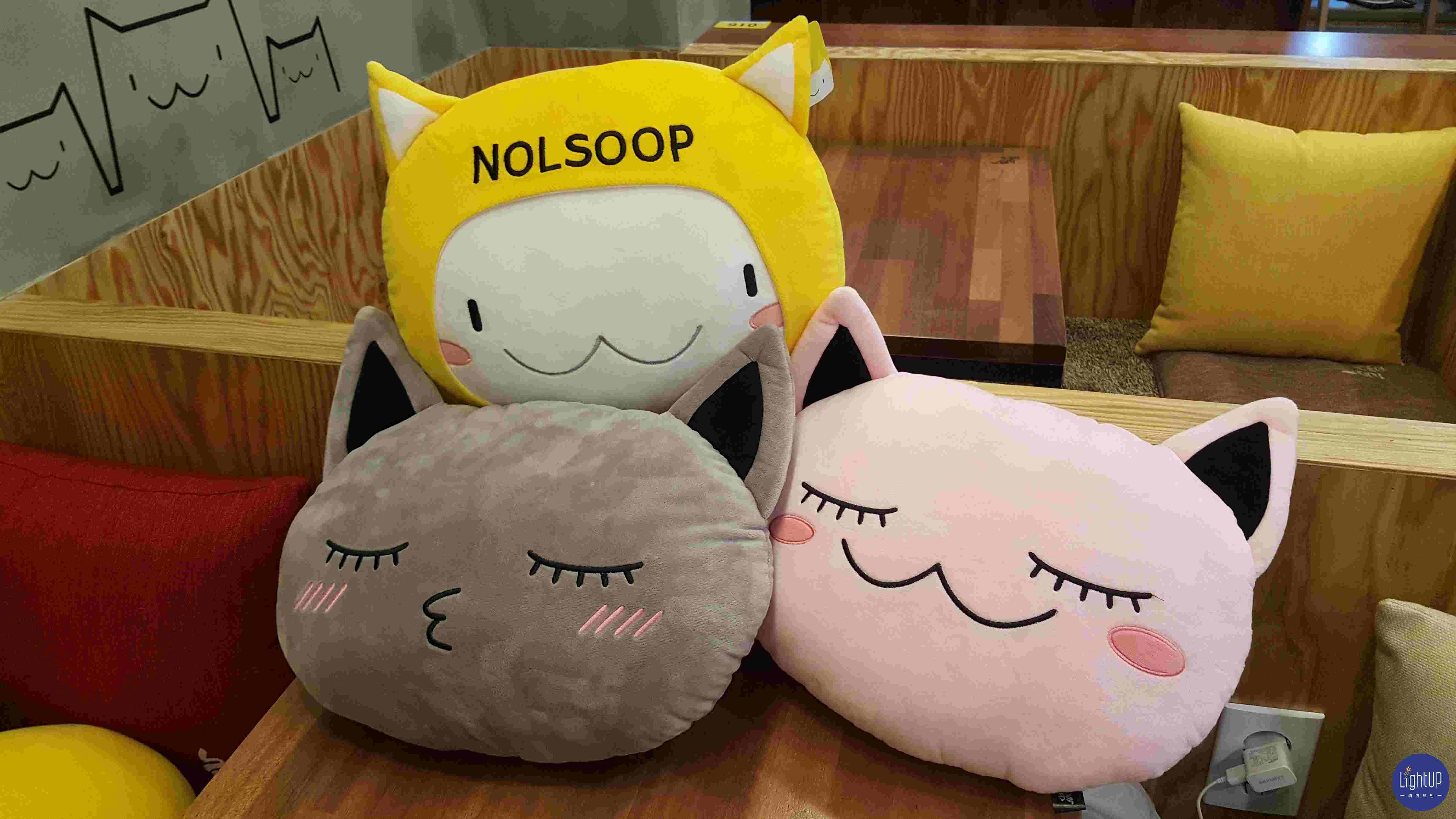 Nolsoop 最具代表性的就是貓了,每個座位區都會看到貓咪抱枕喔