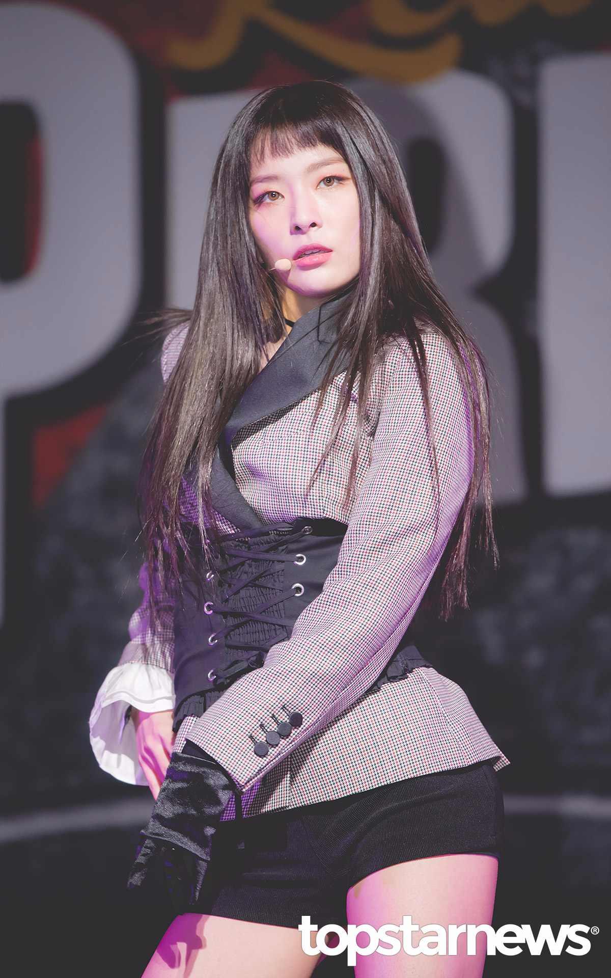 除了短瀏海之外,SeulGi這次的髮型也以長直髮為主,配上深棕色,讓她多了一分特殊感,在舞台上眼睛都只能盯著她一人不放啊~~