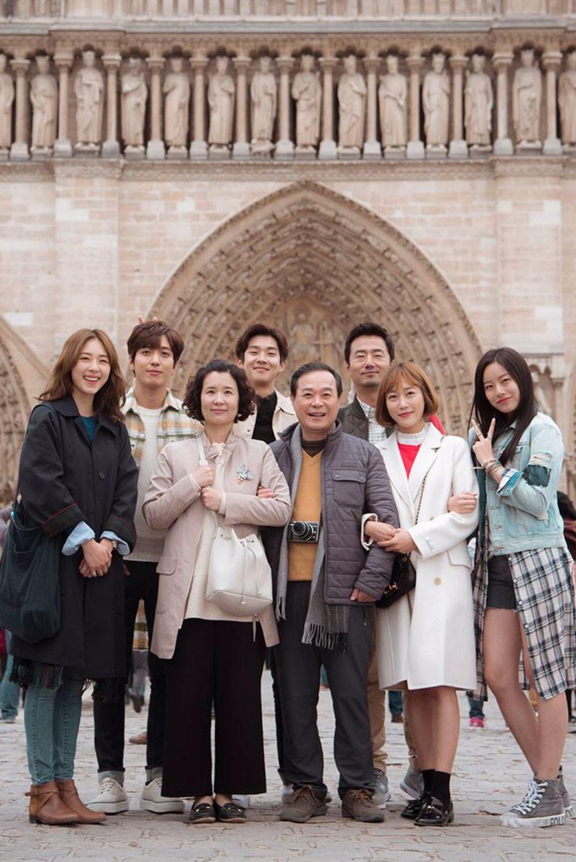 ✿TOP 8 - JTBC《The Package》 話題佔有率:3.26%  ➔上升3個名次 ※一部以旅行為主題的電視劇,故事主要背景地為法國。講述因為旅行而結成團隊的導遊和遊客的故事。大家因為各自不同的原因參加了跟團旅行,原本不想要卻還是逐漸產生交集,隨之而來的一段交流和溝通的旅程。本劇在法國取景拍攝,將帶大家看到旅行中的浪漫和旅人們令人暖心的故事。 *上週完結《Untouchable》接檔