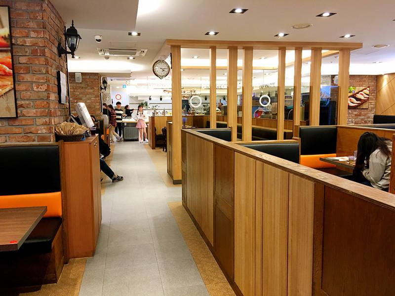 這家餐廳讓小編感覺自己挖到寶了。韓國最不缺的就是各種無限自助,但是從食物的種類和環境上看,這家店一定可以列入top名單!쿠우쿠우,在明洞、往十里等很多商區都有分店。當然最方便的是明洞店。下午的時間大廳十分寬敞明亮。