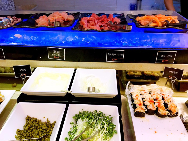 工作日下午5點之前是16900韓元一位;晚上和周末、節假日是19900韓元。如果想更便宜可以在平日白天來。一進門就可以看到滿滿的生魚片!每種都很肥美大塊,配上醬油和芥末,超級美味。