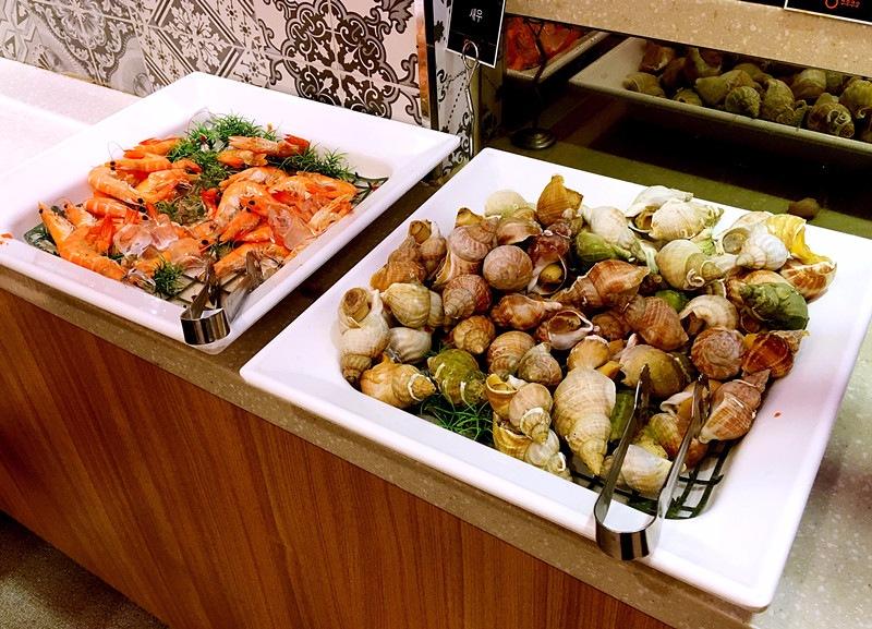 下方還有滿滿的大蝦和海螺,喜歡海鮮的可以盡興地吃到飽。