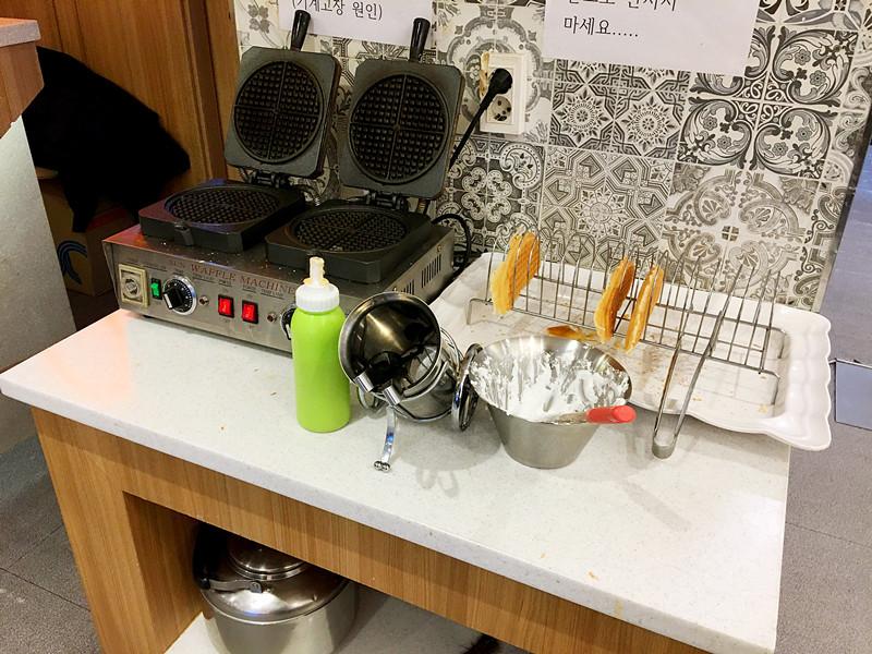 這個角落是專門自製華夫餅的!奶油可以自己調配。不願意動手就直接取烤好的即可。