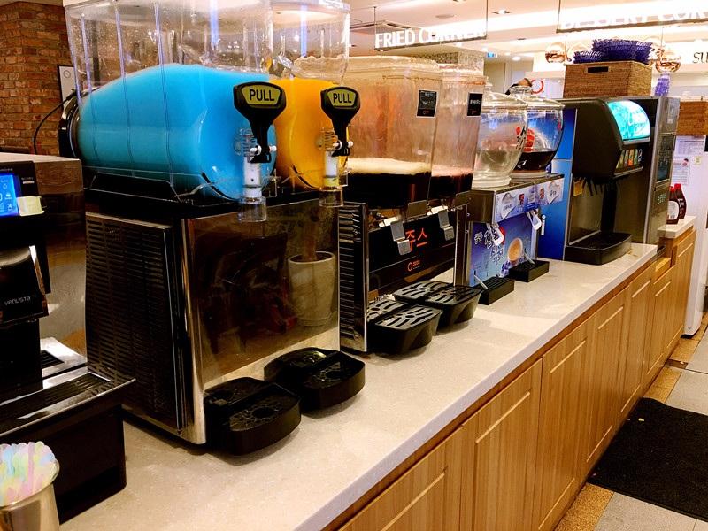 飲品有熱的咖啡和茶品。冷的有果汁汽水等,很多種可以選擇~
