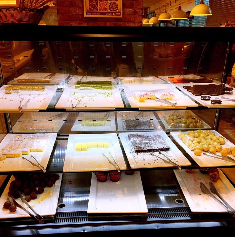吃到八分飽的時候,還可以去甜品區哦~各種小蛋糕和泡芙應有盡有,大小比較適中,不會造成很大的負擔。