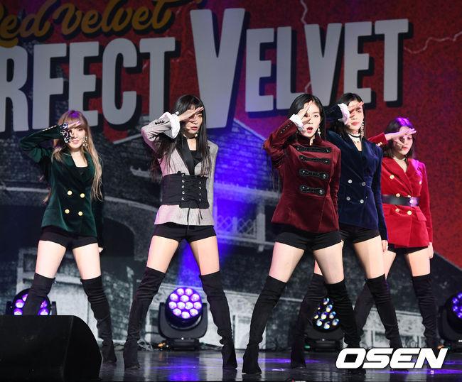 而不僅是舞台服裝漸漸變得成熟霸氣之外, RED VELVET的私服風格好像也配合著新歌的氛圍漸漸變得成熟且有女人味呢!