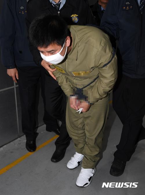 李姓嫌犯的律師主張「李姓男子心神喪失或精神耗弱致的狀態,有幻聽、幻覺、妄想症等症狀,殺害屬於偶發行為。」之後李姓嫌犯更呼訴「想要擁有希望的活著」、「希望不要被判無期徒刑」他的行為也引起韓國大眾的憤怒