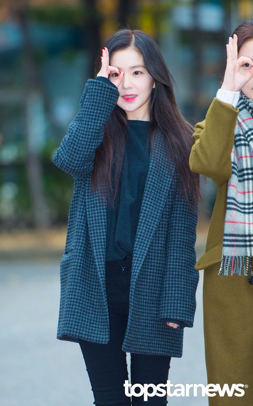 Irene的西裝外套版型就是現在非常流行的剪裁!有點Over size的感覺不會讓整個人看起來太拘謹,裡面搭件素色針織或T恤,再配個緊身褲就很俐落好看!