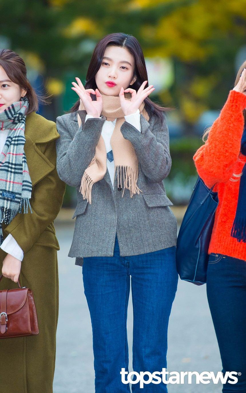 *西裝外套 說到西裝外套只能說,真的是今年冬天的大勢!光是版型今天就要介紹5種了!Joy身上這件比較偏短版合身,整個風格比較成熟穩重,搭配牛仔褲是韓國很常見的穿法,可以平衡掉西裝外套給人太過正式的感覺哦~