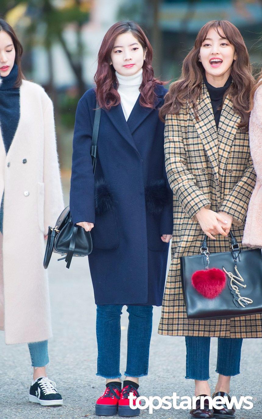 深藍色是摩登少女非常推薦的顏色,真的超級顯白,又不怕髒~也不會像黑色一樣沉重,可愛、氣質或是帥氣風都只要搭雙鞋子或包包就可以很百變!