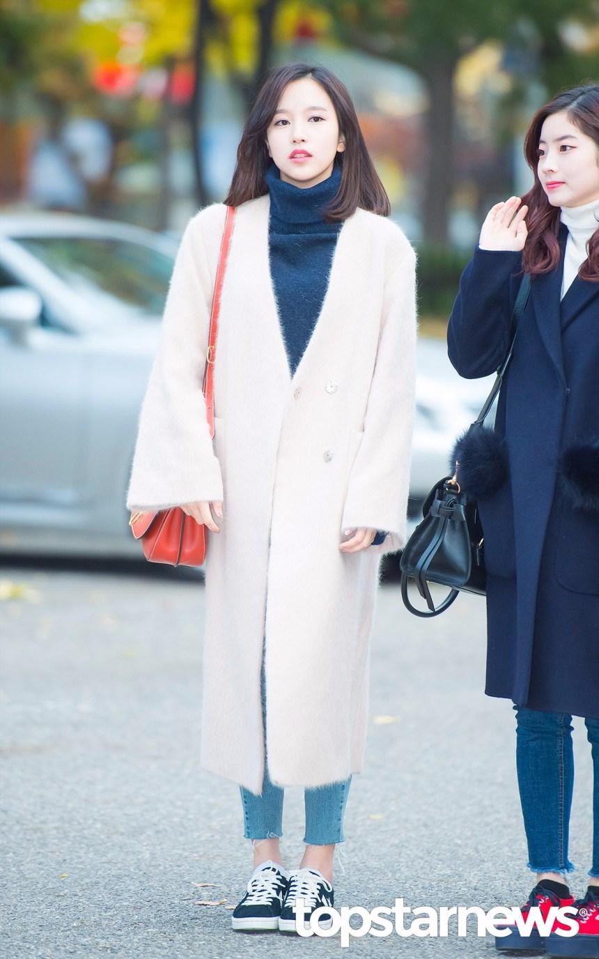 白色大衣一樣要選超長版啊!陽光灑在白色的大衣上形成的反射效應,讓Mina整個人就像自帶打光器一樣仙氣十足啊!