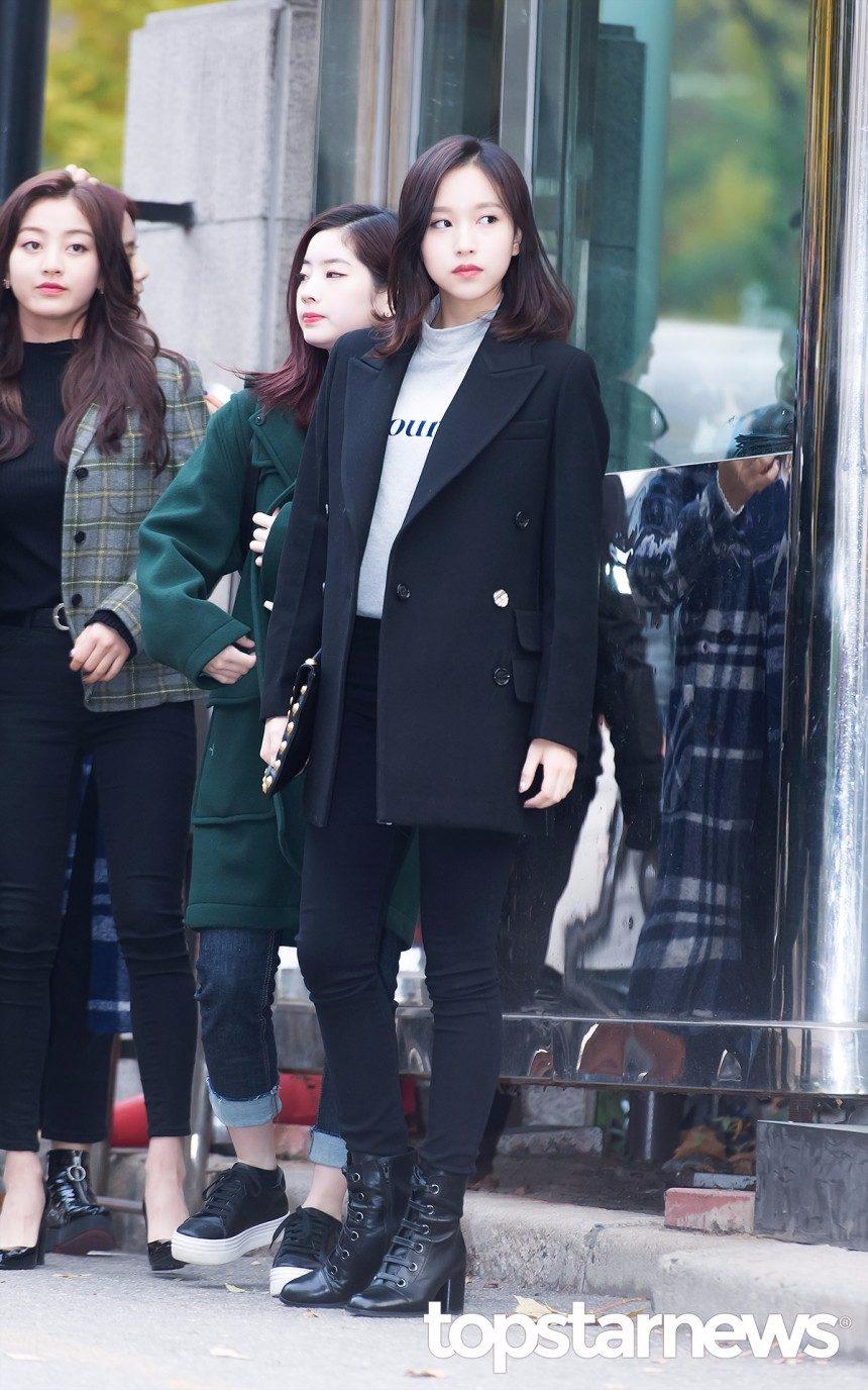 請問Mina你在拍畫報嗎?全黑穿搭果然氣勢一定有啊!素面黑色的西裝外套記得也不要選擇太過合身,裡面的上衣選擇簡單文字的圖案,搭配長靴真的是帥呆了!!