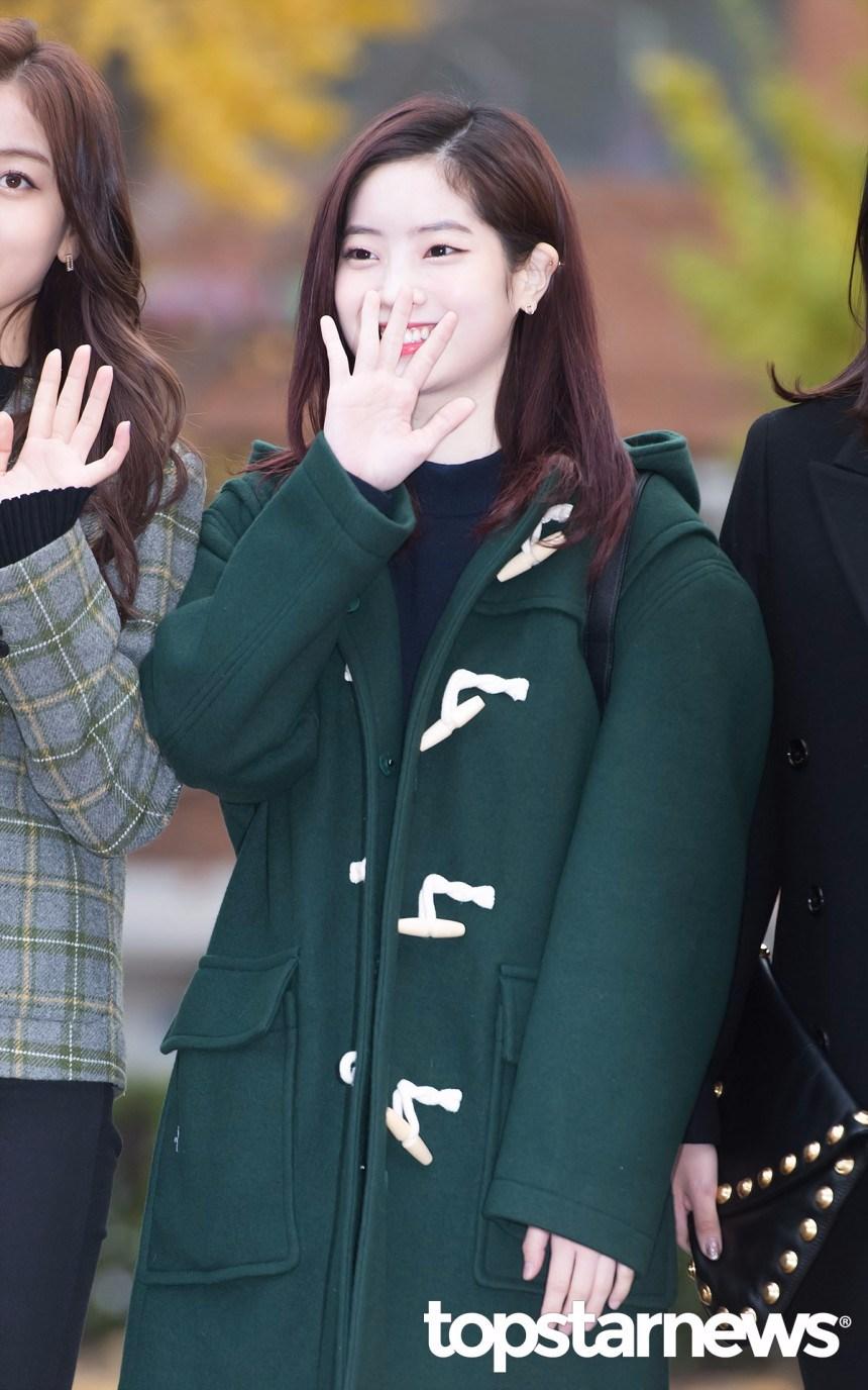 *牛角扣大衣 這種大衣是最適合學生族的大衣了!可愛又有俏皮感,墨綠色也是非常顯白的顏色之一!雖然豆腐多賢本身皮膚就超白XD