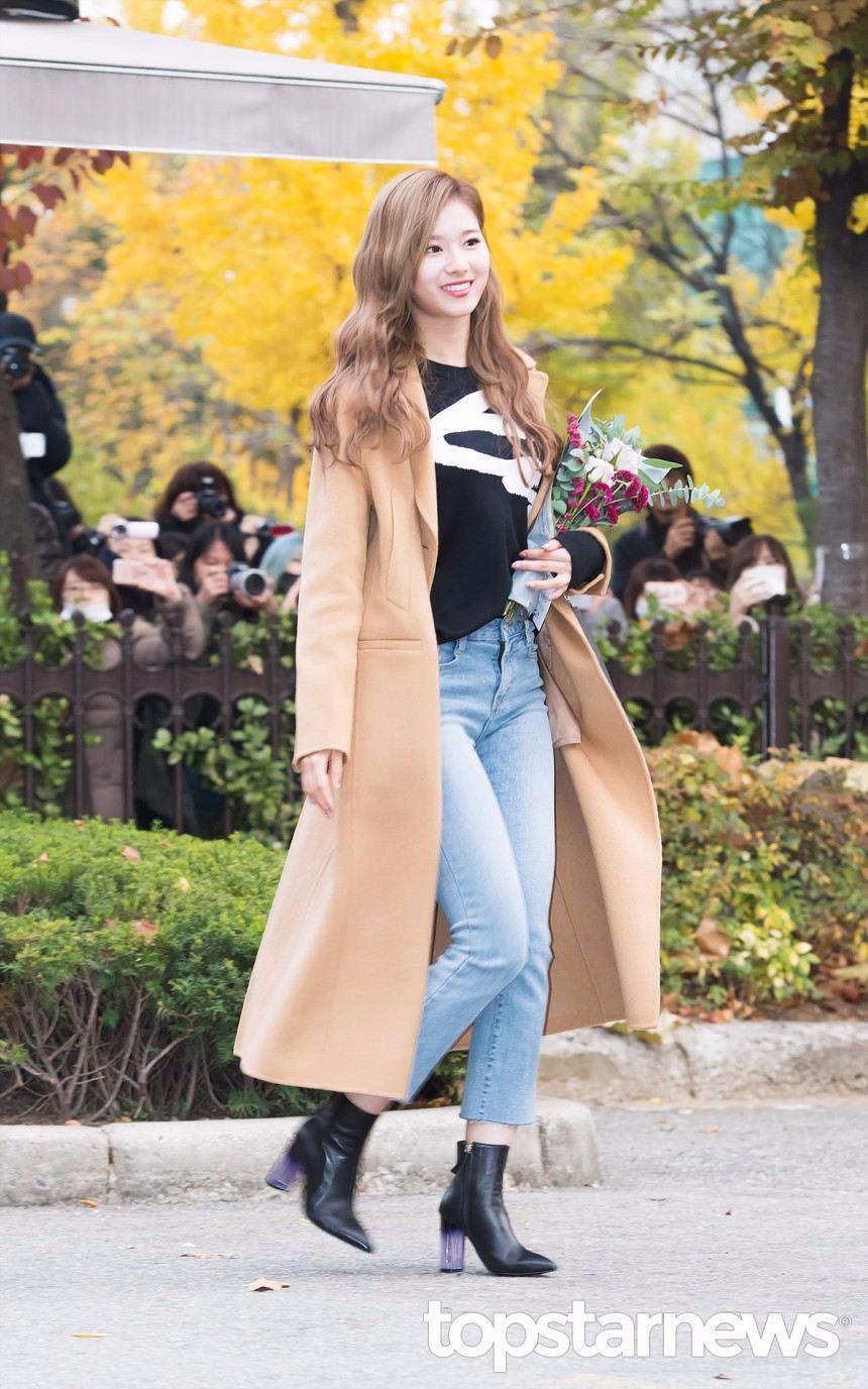 皮膚偏白又偏瘦的人也可以像Sana一樣選擇帶有浪漫感的米棕色,淺色大衣因為視覺上會膨脹的關係,容易顯胖所以建議有多長,就選多長準沒錯!