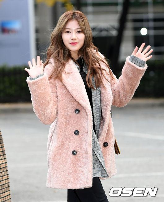 Sana身上的絨毛外套比較偏薄一點,比起娜璉的那件還要不顯胖,裡面搭的正是現在非常流行的格紋西裝外套啊!