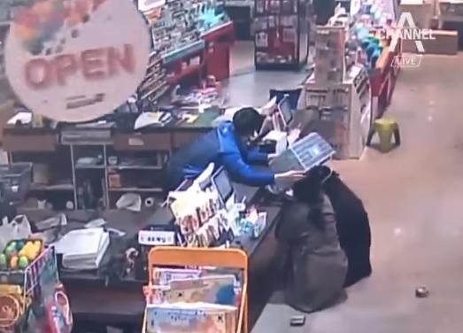 可以看見客人嚇到蹲在櫃台下 店員很勇猛的不慌不忙拿籃子保護客人