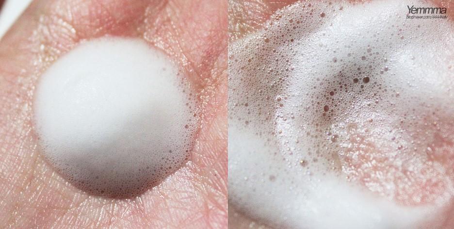泡泡也很細緻,內含礦物質碳酸水,讓你洗臉的瞬間就能感受到一股清爽感,另外還添加了小蘇打成分,能深層清潔毛孔,很適合油肌或痘痘肌唷!