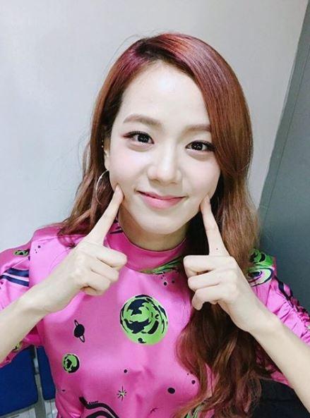 #BLACKPINK-Jisoo Jisoo的臥蠶雖然不算太明顯,但笑起來時超可愛的,也因為臥蠶的關係讓她看起來更凍齡了!