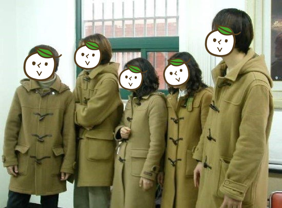 最近就有韓國網友整理出來近20年流行的校園服飾,《1997》裡完全再現的「牛角扣」風格,曾是校園裡隨處可見的穿答,明明大家就是沒有約好,但穿出門就是有種人人都穿上制服的錯覺