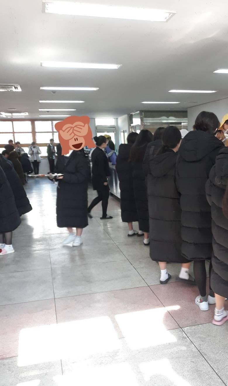 不過戶外品牌的羽絨服才折斷父母腰沒過多久,流行就又換了!最近走在韓國的校園裡「不穿就不夠潮」的絕對是這件「Long Padding」長大衣