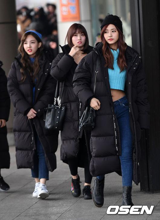 雖然冬天還是可能會飆出30度高溫的台灣,好像有點難理解這個把人穿成黑色蠶寶寶的多節大衣到底美感在哪裡…但他絕對是韓國今年最紅的冬季穿著代表
