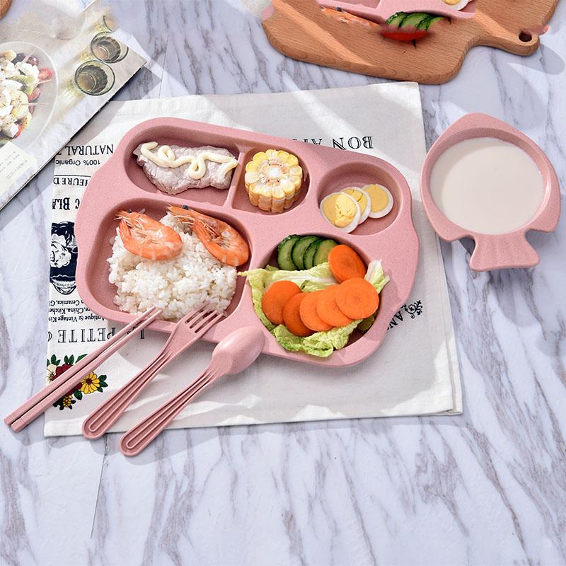 首先你需要一個超級可愛的兒童餐盒~沒錯!一定要是兒童的餐盤,像這樣把食物分開來看就算很少量看起來還是很豐盛!