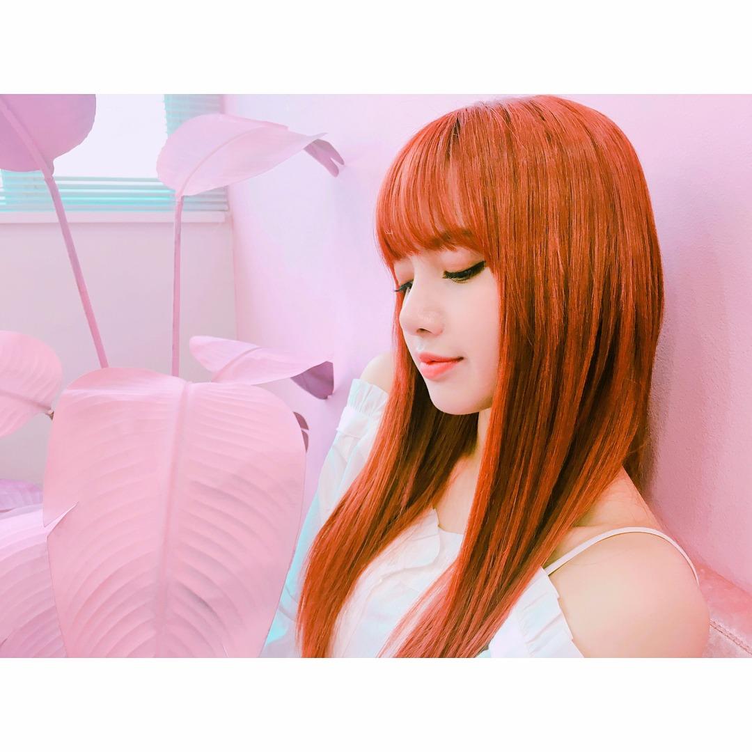 出道一以來Lisa不是金髮就是挑染其他顏色,好不容易在前陣子Lisa染上一頭搶眼的橘紅髮色更是讓人讚嘆簡直是等身大的芭比娃娃。