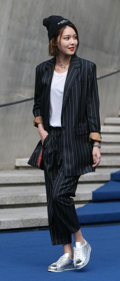 秀英:正裝的帥妹風格 秀英的時尚品味真的是一流,除了撩男的女神風格之外,帥氣的正裝也擄獲少女的心,穿著寬鬆版型的成套正裝,搭配白T和銀色球鞋,休閒又帥氣的街頭風格太迷人~