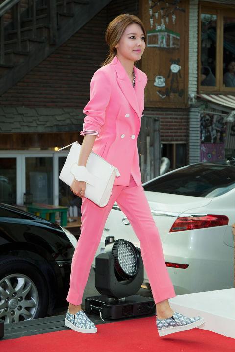 粉色的成套正裝展現熟女的氣質,帥氣的模樣真的是撩妹功力一流~