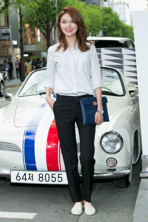 合身的白色襯衫搭配西裝褲,簡單又帥氣一樣很亮眼!
