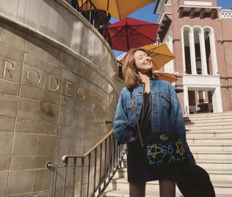 連身的寬鬆皮裙搭配牛仔外套,不只甜美也呈現休閒有型的風格