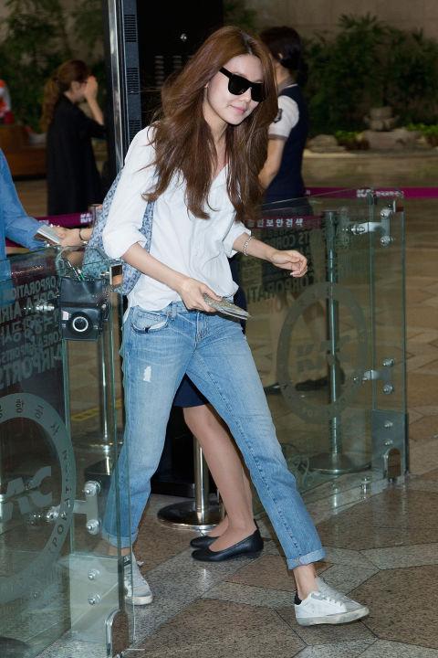 白襯衫搭配牛仔褲一樣掩蓋不了女神的風範,這樣簡單的造型更能展現秀英的時尚好品味。