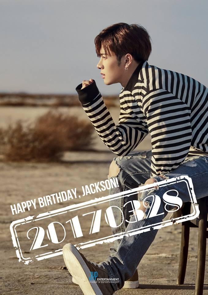 而 Jackson 也展現了泰山崩於前,面不改色的沉著一面,雖然眼角餘光一直有東西在動來動去XDDD,但Jackson顯然採訪得很專業!真的是要給他按個讚啦!
