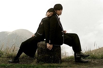 而《不能說的秘密》不只在台灣擁有高人氣,在2008年於韓國上映時,也引起了許多人的關注。當時更成為首個在韓國動員10萬名以上觀眾的台灣電影! 更在2015年,獲南韓票選為最想在電影院重溫電影第一名,因此《不能說的秘密》更在韓國重新上映。 可見《不能說的·秘密》在韓國的受歡迎程度有多高~