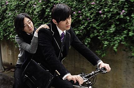 """因為《不能說的秘密》真的在韓國很有人氣,以至於即便到了現在許多韓國觀光客還是會想要到電影拍攝地點朝聖。 而電影中經典的""""鬥琴""""片段到了現在還是有許多韓國粉絲在模仿或者表演呢!"""
